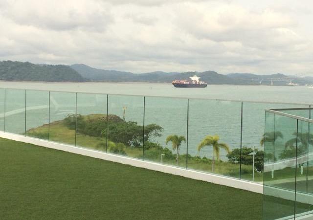 Esta propiedad ofrece un lugar privado con maravillosas vistas del Canal de PanamÌÁ