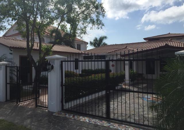 Casa frente al mar ubicado en la tranquila Playa Malibu en PanamÌÁ. Esta hermosa casa de 4+ habitaciÌ_nes en1.5 pisos tiene un precio para vender. Algunas de sus caracterÌ_sticas incluyen una casita de 1 dormitorio